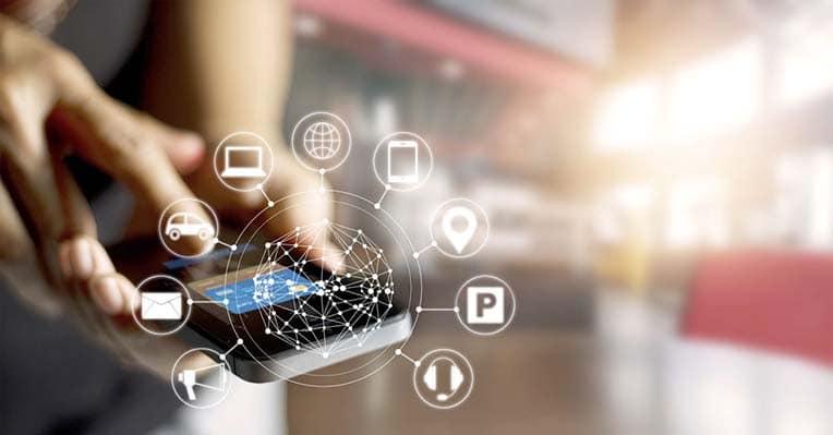 Smartphone projetant holographiquement toutes les icones liées à de la géolocalisation ou du stationnement