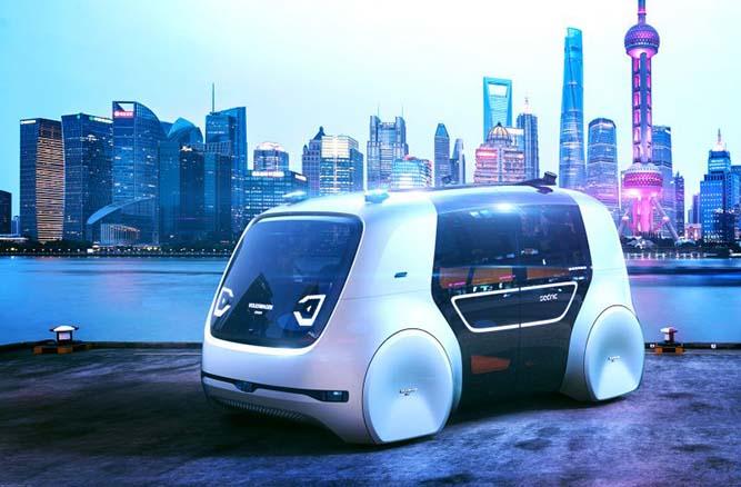 Véhicule du futur avec une ville en fond