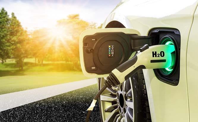 Pompe d'hydrogène en train de ravitailler une voiture