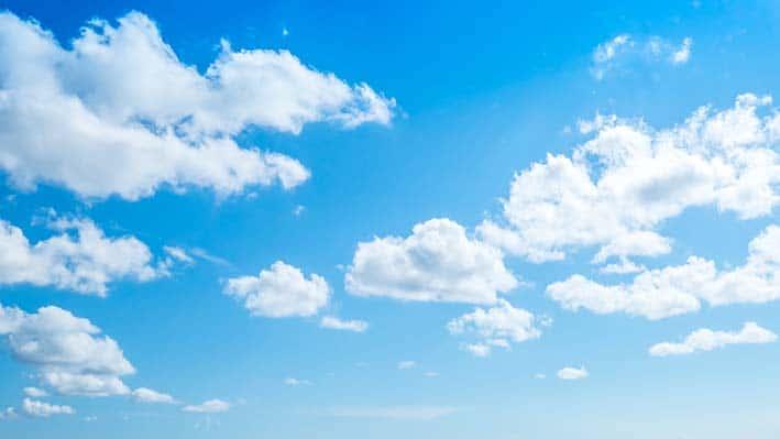 Ciel bleu avec quelques nuages