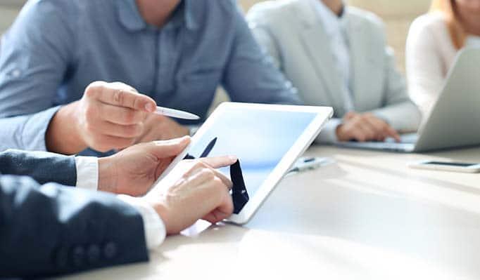 Conseiller financier analysant un graphique financier montrant le progrès dans le travail de la compagnie