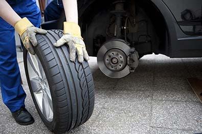 Un mécanicien change un pneu de voiture