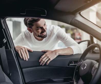 Homme regardant une voiture