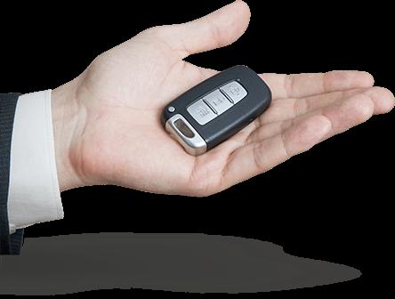Main tendu avec clés de voiture
