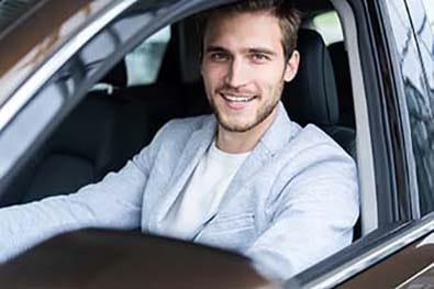 Jeune homme dans sa voiture