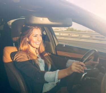 Femme conduisant un véhicule